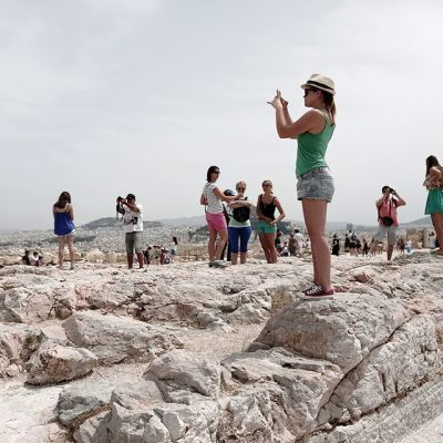 Turisteja Akropoliilla Ateenassa 18. kesäkuuta 2014.