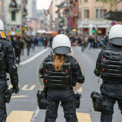 Poliisi vartioi Zürichin vappujuhlaa 2014.