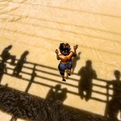 nuoret hyppivät sillalta kanavaan Hyderabadissa