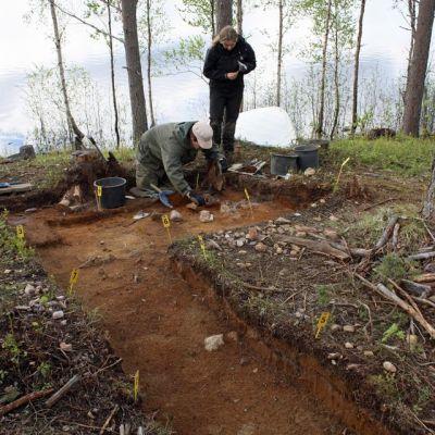 Museovirasto tekee kaivauksia Ranualla. Kuvassa tutkijat Inga Nieminen ja Jouni Väänänen.