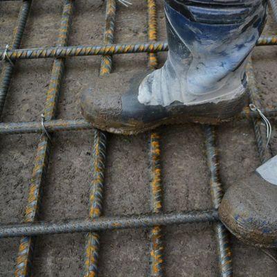 Saappaat betoniraudoituksen päällä.