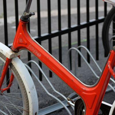 Vanha punainen Jopo polkupyörätelineessä