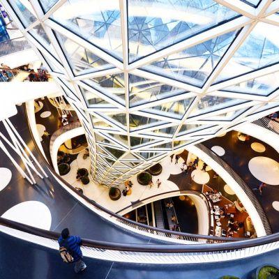 Näkymä ostoskeskukseen Frankfurtissa. Geenimuuntelun kannattajat Saksassa ovat ehdottaneet, että GM-merkintä lisättäisiin kaikkiin tuotteisiin, joiden valmistamisessa on hyödynnetty geenimuuntelua.