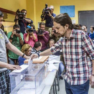 Espanjan paikallisvaalit, Podemosin johtaja Pablo Iglesias äänestää
