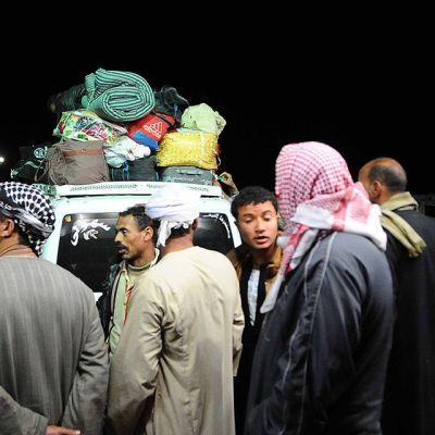 Joukko Libyan väkivaltaisuuksia paenneita egyptiläismiehiä Sallumin-rajakaupungissa Egyptin puolella 17. helmikuuta. Egyptin ilmavoimat iskivät jihadisteja vastaan Dernan kaupungissa, Itä-Libyassa, 16. helmikuuta. Egyptin ulkoministeriö on ohjeistanut kansalaisiaan välttämään matkustamista Libyaan.