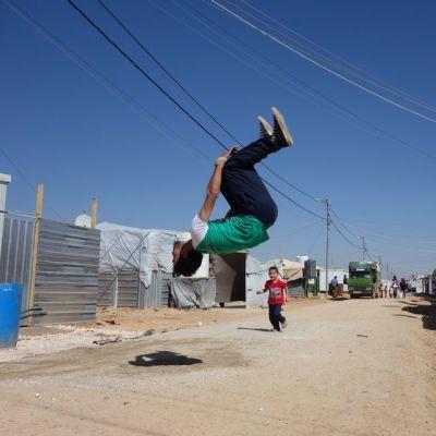 Anwar Abu Alnoor, 25, toimii sirkuskouluttajana Zaatarin  pakolaisleirillä.