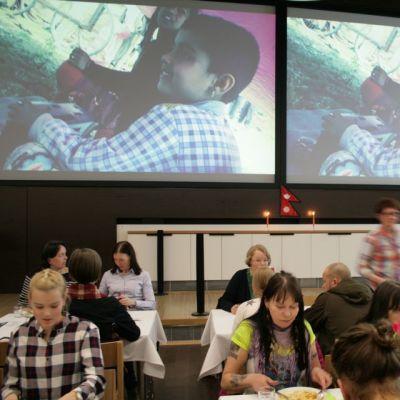 Ihmisiä ruokailemassa nepalilaisessa Pop up - ravintolassa Oulussa Nepalin maanjäristyksen uhrien auttamiseksi.