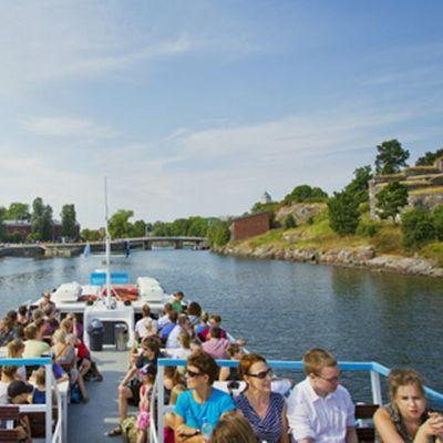 Vesillä Suomenlinnassa