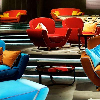 Nojatuoleja ja sohvia.