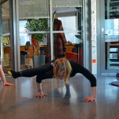 Kilpa-aerobiccaaja Amanda Haatainen näyttää toimittaja Harri Nousiaiselle, millaisia liikkeitä häneltä kisoissa vaaditaan.