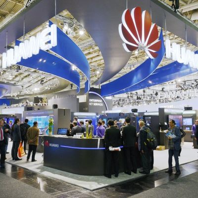 Kiinalaisen televiestintälaitteita valmistavan Huawein tuotteita esillä maailman suurimmilla tietokonemessuilla Hannoverissa, Saksassa, maaliskuussa 2015.