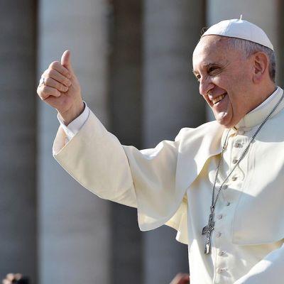 Paavi Franciscus on nostanut oikean peukalonsa pystyyn.