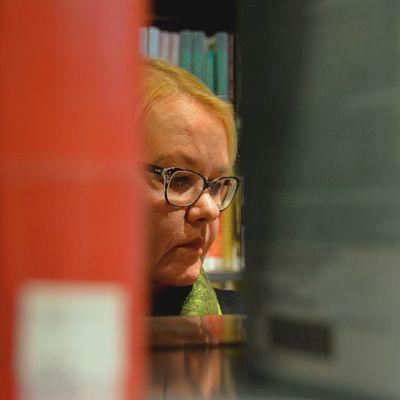 Nainen on kirjastossa.