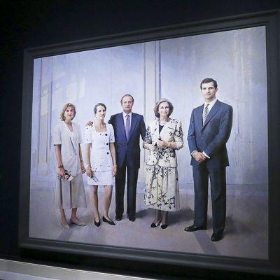 Nainen ottaa valokuvaa Antonio Lopezin kuningasperhettä esittävästä maalauksesta.