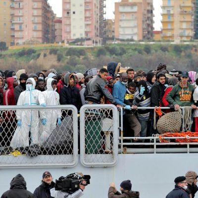 Siirtolaisia nousemassa maihin Italian laivaston aluksesta Sisiliassa.