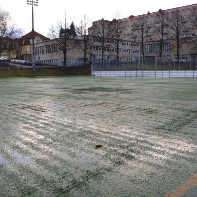 Parkin kentän nurmi on läpimärkä.