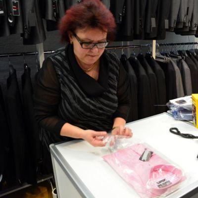 Lähinnä paitaa, solmiota ja taskuliinaa löytyy vaaleanpunaisena, toimitusjohtaja Tiina Roivas kertoo hyllyjä katsellessaan.