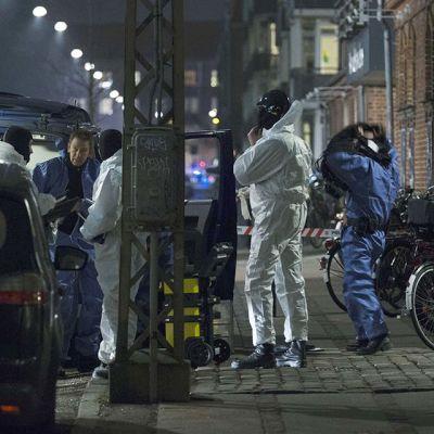 Etsintöihin osallistuvia poliiseja kadulla.