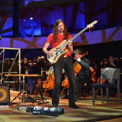 Lauri Porra on solistina säveltämässään konsertossa sähköbassolle ja orkesterille Sinfonia Lahden kanssa.