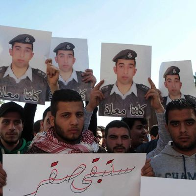 Jordanialaiset opiskelijat osoittivat tukeaan Isis-järjestön vankina olleelle lentäjälle Ammanissa, Jordaniassa 3. helmikuuta 2015.
