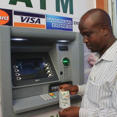 Mies nostaa rahaa pankkiautomaatista Mogadishussa.