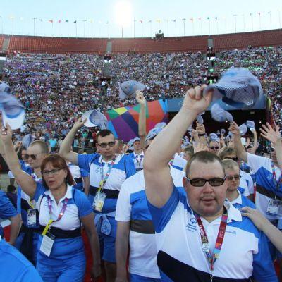 Suomen joukkue Special Olympics -maailmankisojen avajaisissa.