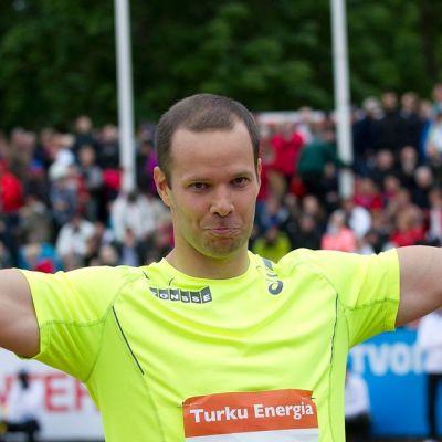 Tero Pitkämäki tuulettaa voittoa.