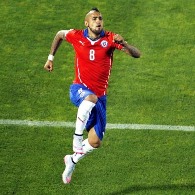 Chilen Arturo Vidal juhlii maaliaan Ecuadorin verkkoon.