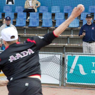 Troy Williams mittaa baseball-heittoa.