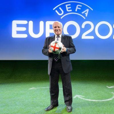 Greg Dyke pitää palloa käsissään EM-kisojen 2020 lehdistötilaisuudessa.