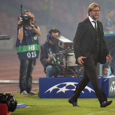 Jürgen Klopp elehtii raivokkaasti kentän laidalla Mestarien liiga -ottelussa Napolissa.