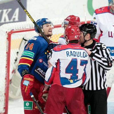 Tomi Mäki ja Aleksandr Radulov vaihtavat kuulumisia.