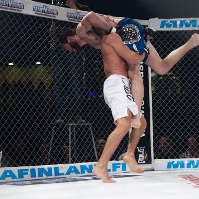 Anton Kuivanen heittää Jason Piercen.