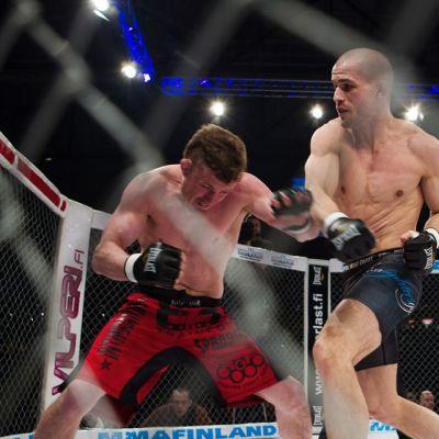 Tom Niinimäki (oik.) taistelee Chase Beebeä vastaan.
