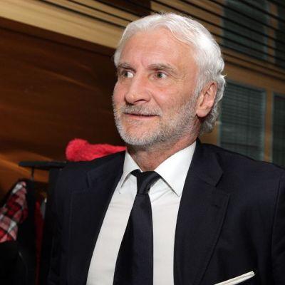 Leverkusenin urheilutoimenjohtaja Rudi Völler ojensi Sami Hyypiälle Vuoden valmentajan palkinnon.