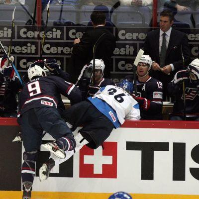 Bobby Ryan taklaa Jussi Jokista.