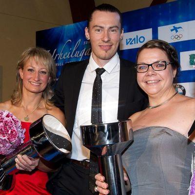 Tanja Poutiainen, Tommi Evilä ja Katja Saarinen vastaanottivat urheilu-urapalkinnot.