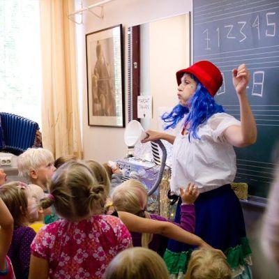 Kokeile ja innostu -päivä kokosi paljon pieniä musiikista kiinnostuneita Jyväskylän ammattiopistolle.