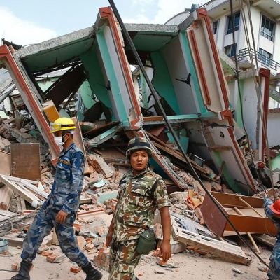 Nepalilaiset pelastustyöntekijät etsivät uhreja romahtaneis tataloista 12. toukokuuta.