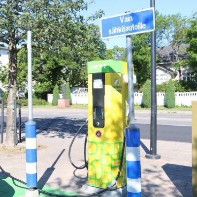 Sähköauton akun voi ladata pikalatauspisteessä.