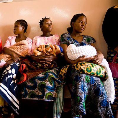 Malawilaiset naiset jonottavat terveyskeskuksessa.