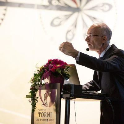 Professori Stuart puhumassa Tampereen Teknologiapäivillä 22.10.2015.