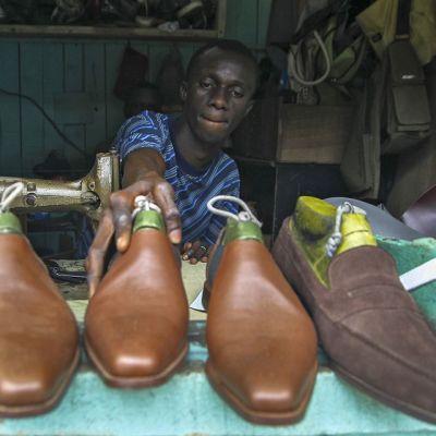 Suutari työskentelee omassa liikkeessään Norsunluurannikon Adjamessa.
