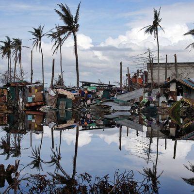 Taifuunin vaurioittamia taloja.