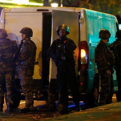 Ranskan armeija ja poliisi Bataclan-konserttisalin ympärillä.