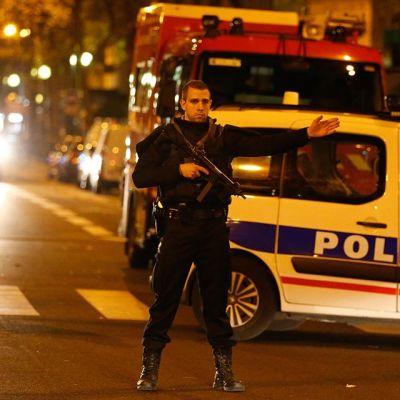 Poliisi partio Saint Antoine sairaalan läheisyydessä Pariissa.
