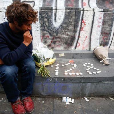 Iskussa menehtyneitä muistettiin kukilla ja kynttilöillä Place de la Republiquessa, Pariisissa 14. marraskuuta.