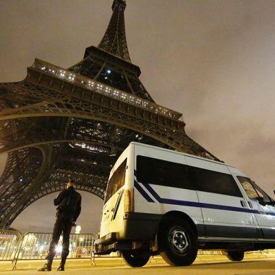 Eiffeltornin valot on sammutettu ja poliiseja on vartiossa.