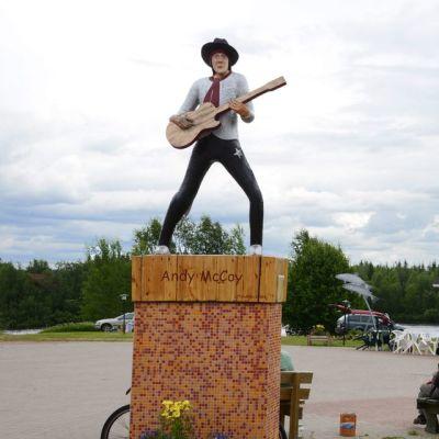 Andy McCoyn patsas on Pelkosenniemen torin laidalla.