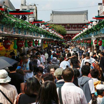Kiinalaisia turisteja Tokion Asakusassa, Japanissa.